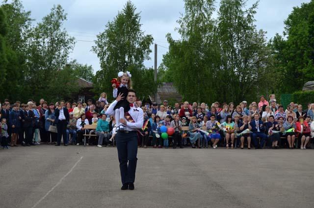 Школьники в Тверской области вспоминали каким был последний звонок год назад