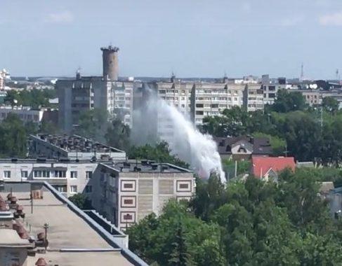 Прорыв трубы дал фонтан выше крыш многоэтажек в Твери