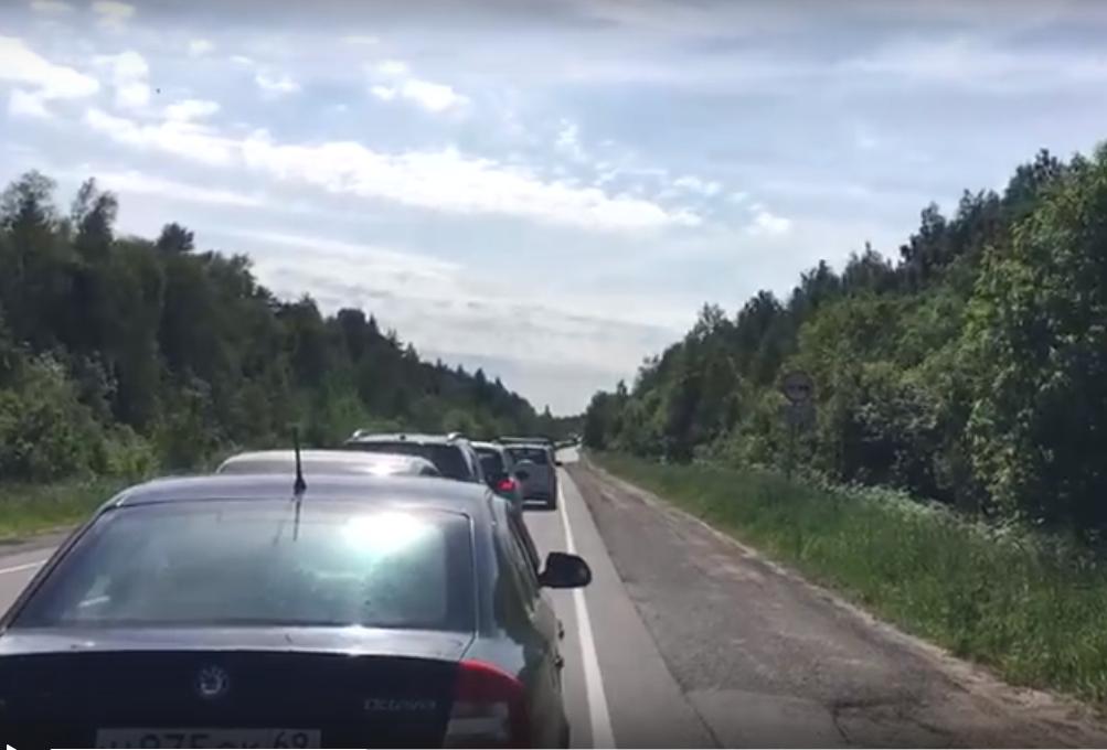 Гигантская пробка образовалась на въезде в Тверь
