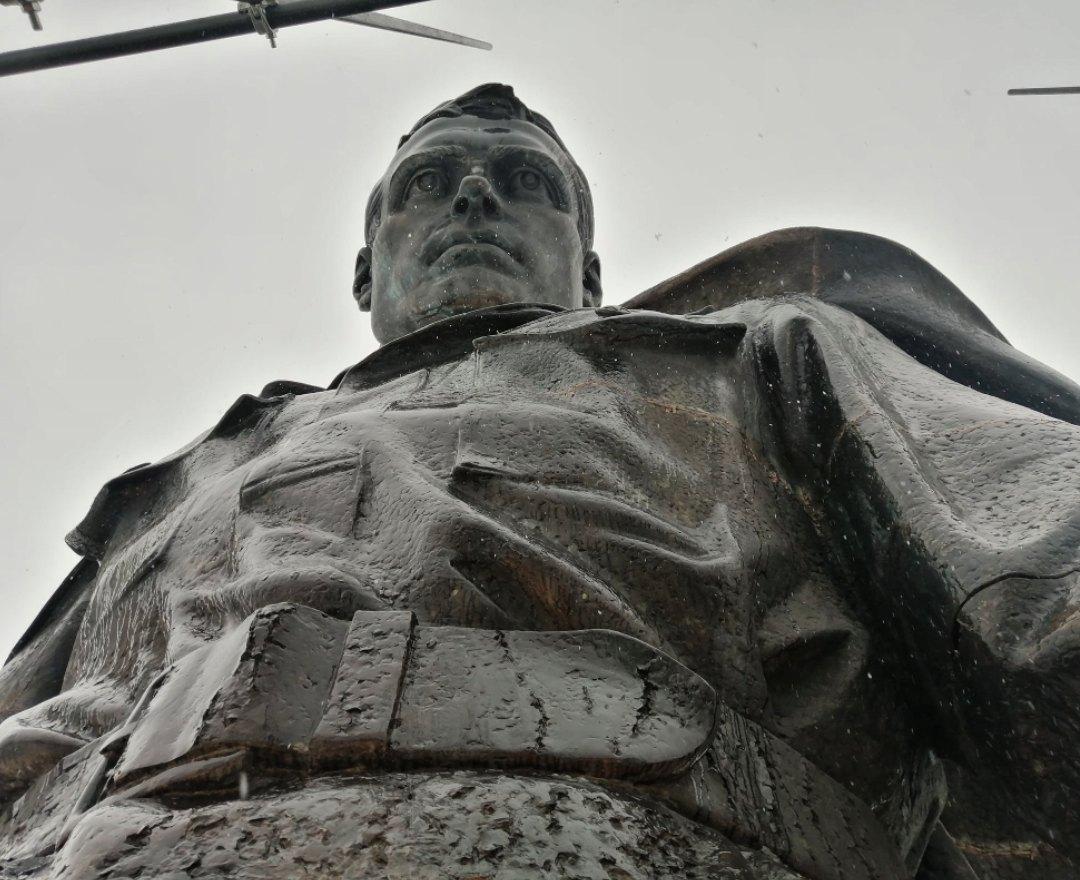У Ржевского мемориала советскому солдату в Тверской области есть двойник-фронтовик