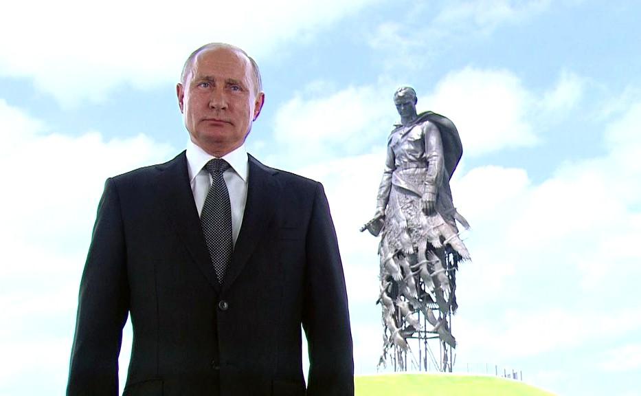 Владимир Путин обратился к гражданам России на фоне Ржевского мемориала