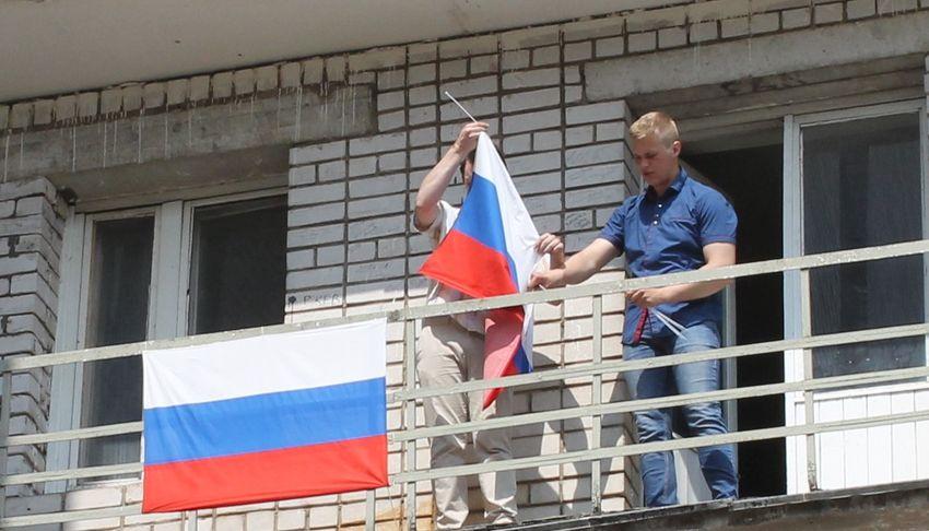 Тверские студенты вывесили триколоры на балконах общежитий