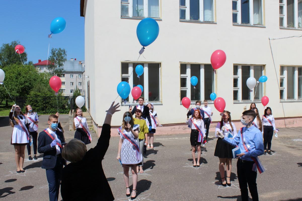В Лихославльском районе выпускникам вручили аттестаты