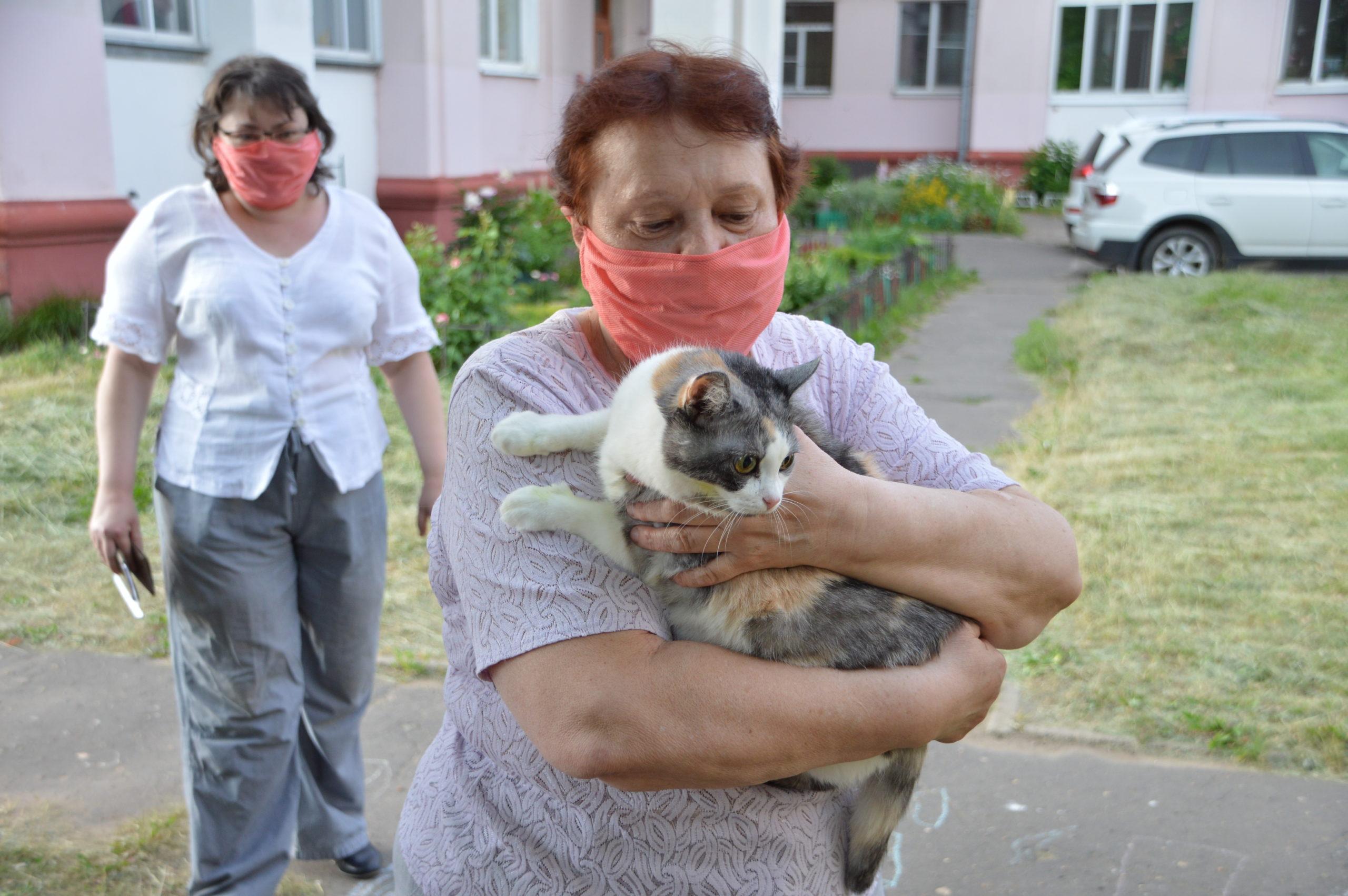 Жительница Твери принесла на голосование домашнюю кошку