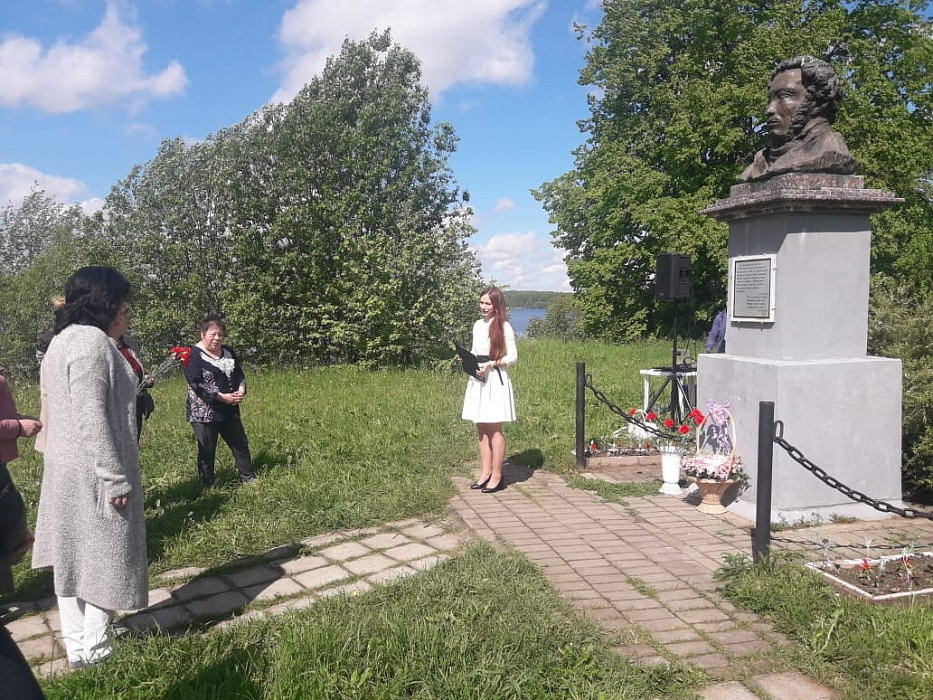 Жители Калязинского района возложили цветы к бюсту Пушкина