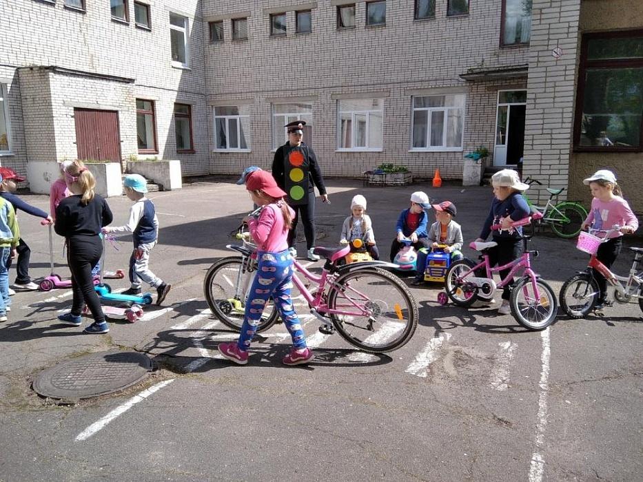 В Бологое с детьми из детского сада провели игру на знание Правил дорожного движения