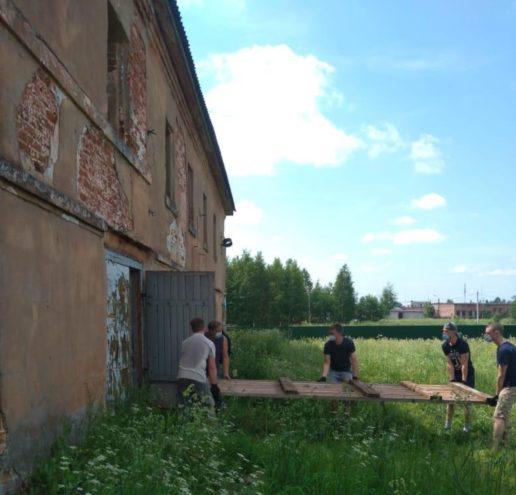 Тверские волонтеры провели субботник в Успенском монастыре