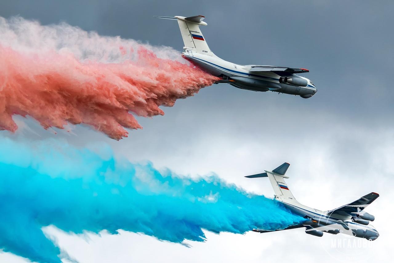 Летчики аэродрома Мигалово устроили красочное шоу в честь Дня России