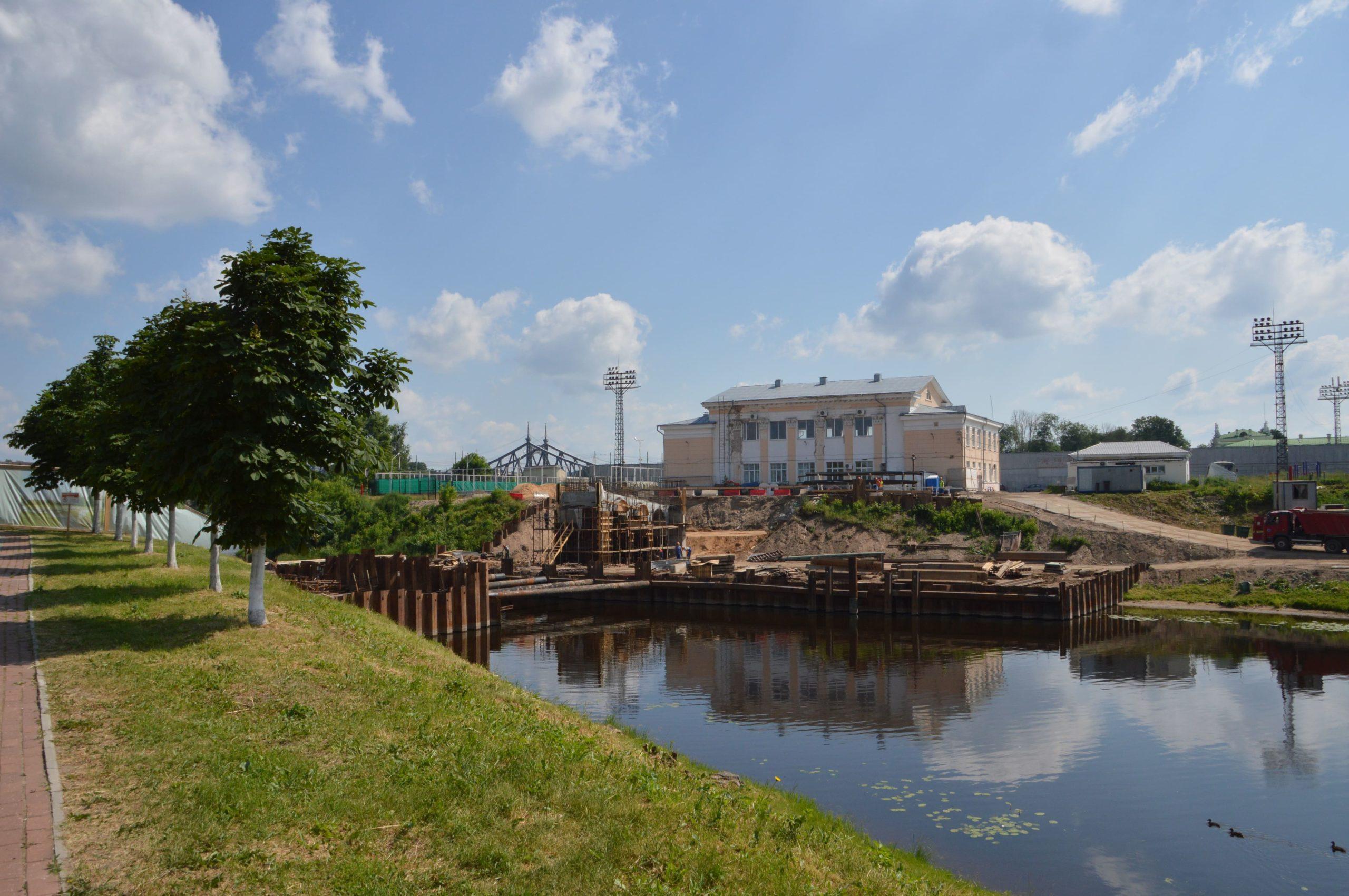 В Твери продолжается строительство пешеходного моста через Тьмаку
