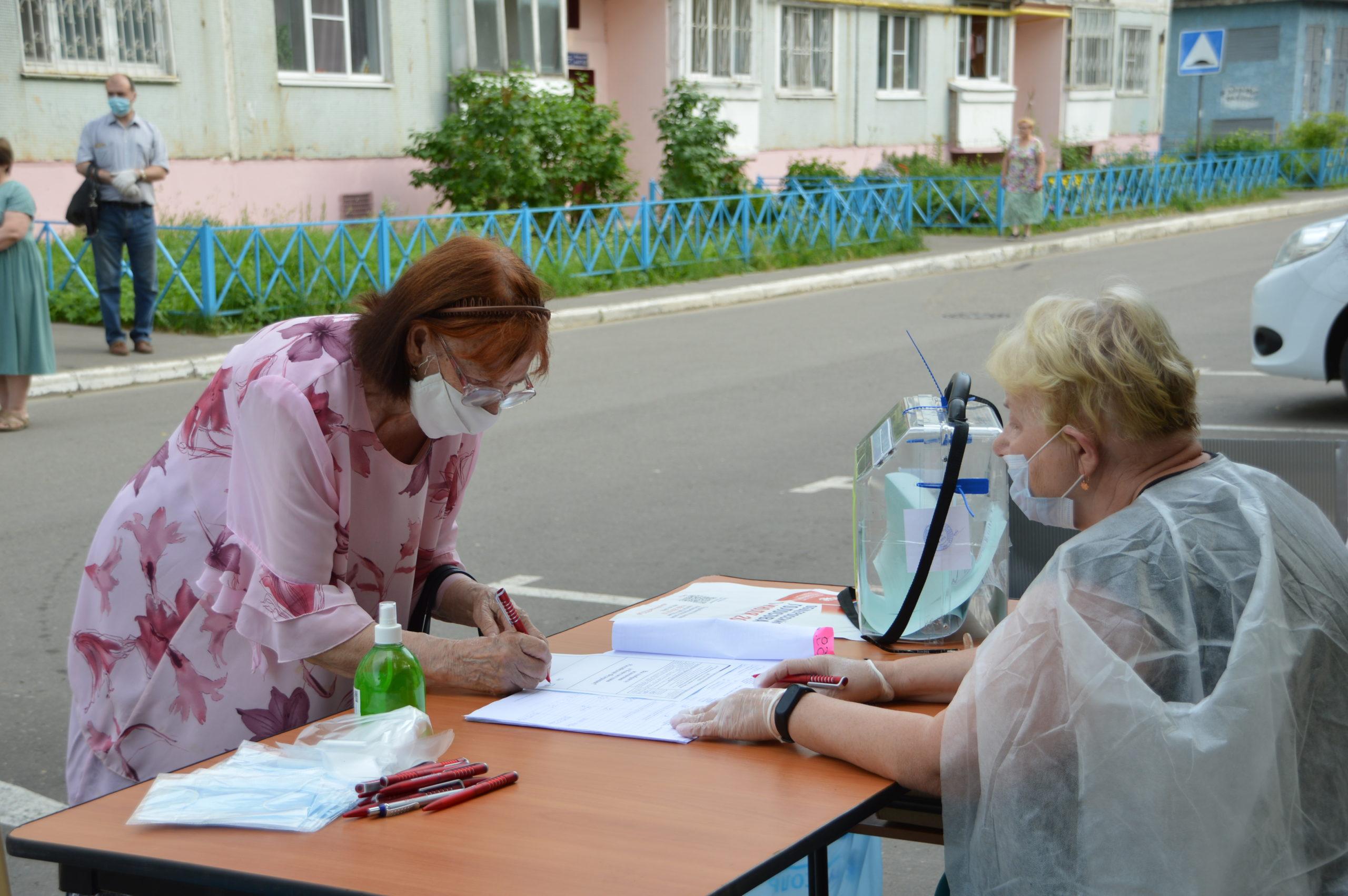 Жители Тверской области могут проголосовать по поправкам на выездных участках