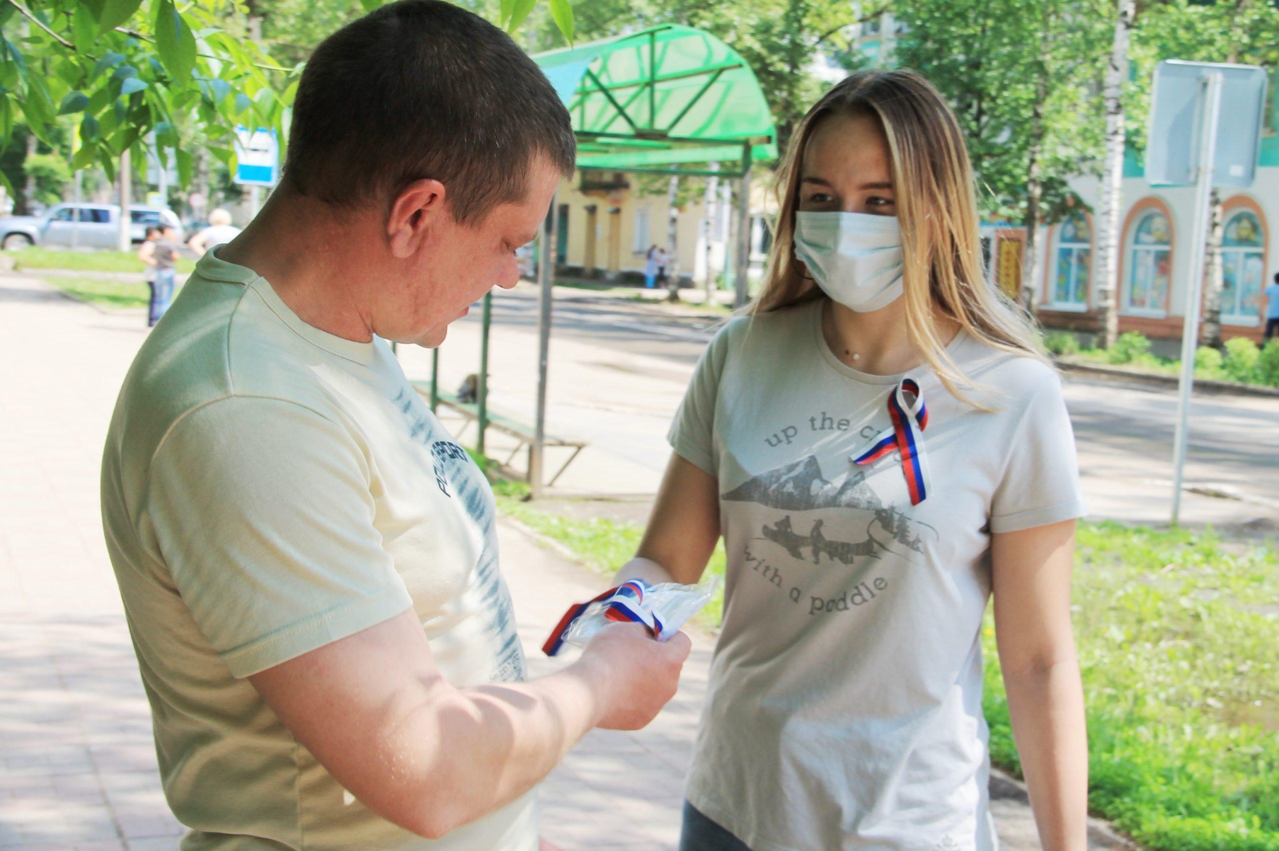 В Нелидово раздали пять тысяч лент в честь Дня России