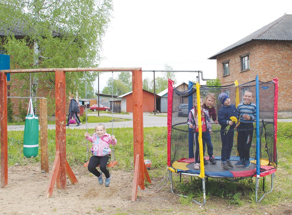 Житель Тверской области своими руками построил детскую площадку