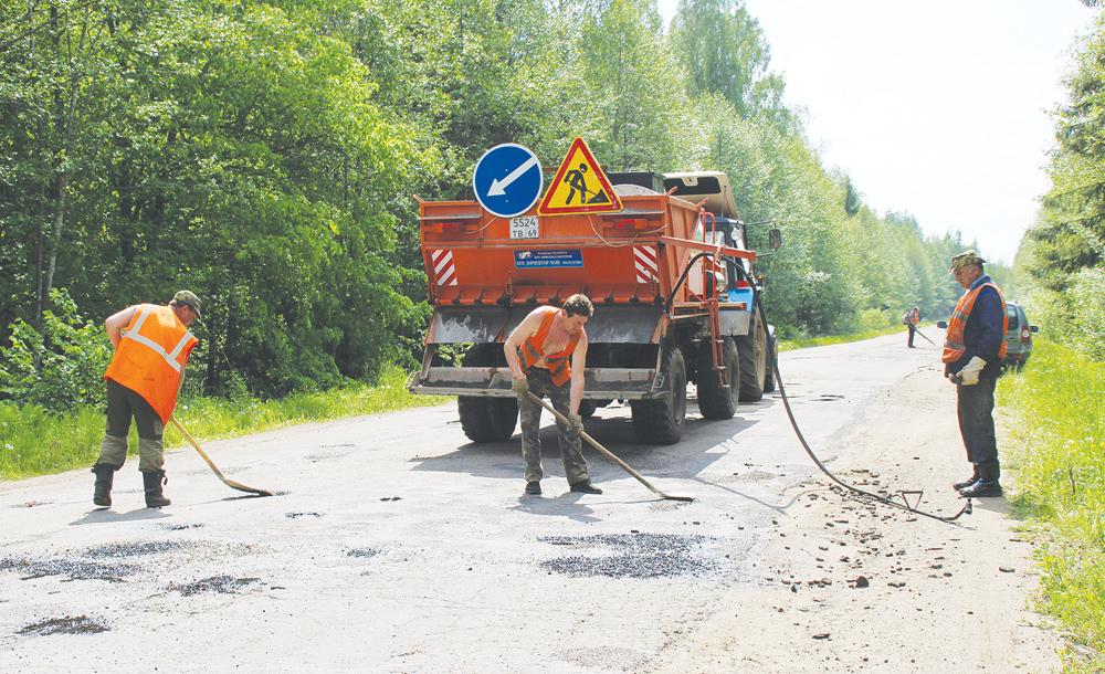 В Тверской области продолжают делать ямочный ремонт дорог