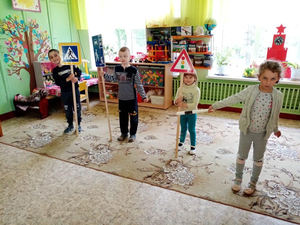 В Ржевском районе дошколята повторили правила поведения во дворе и на дороге