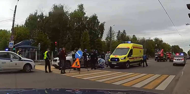 Перебегавшую в Твери на красный сигнал светофора женщину сбила машина