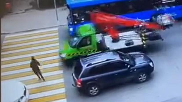 Опубликована запись на которой грузовик сбил женщину в Твери
