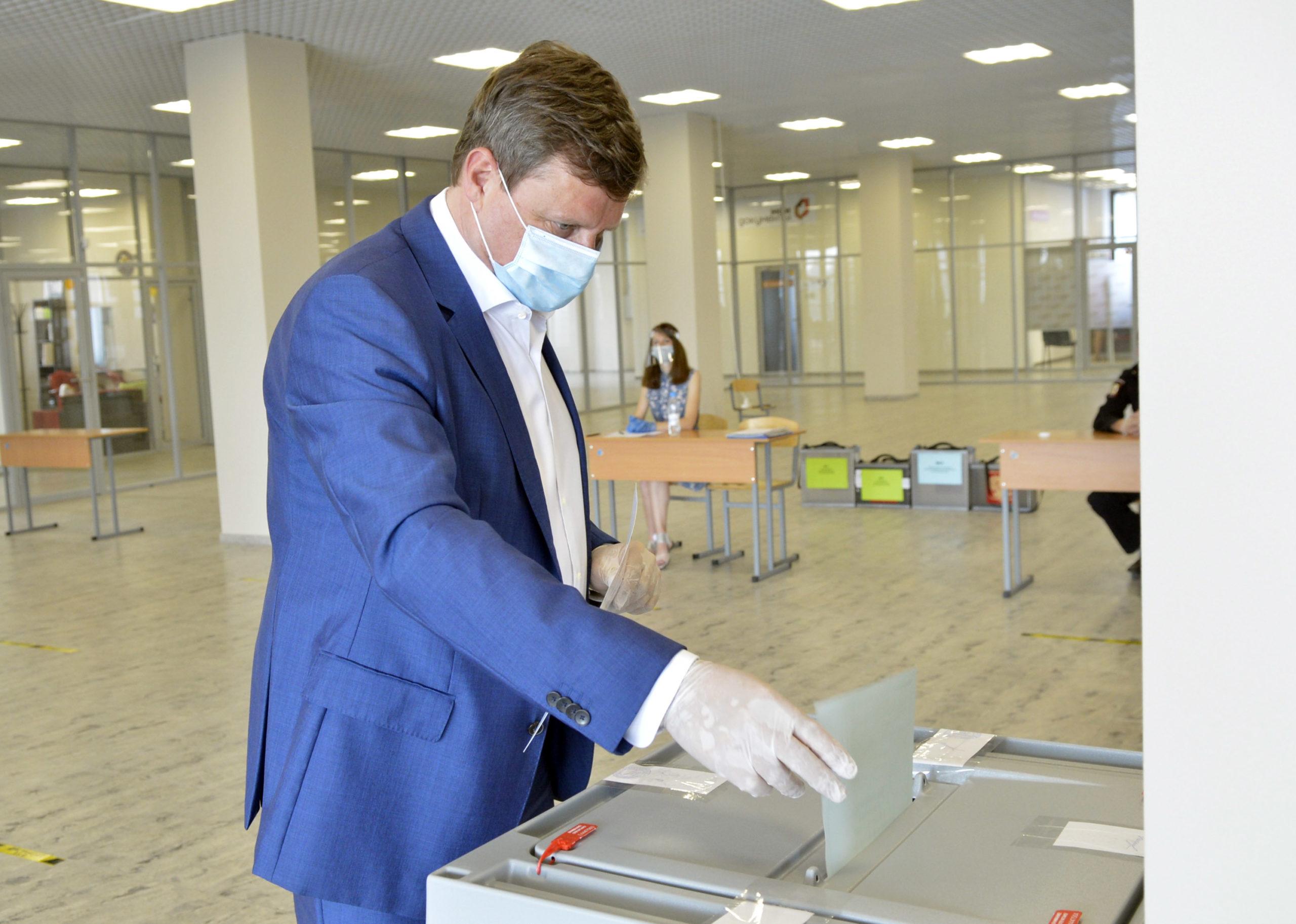 Хроника голосования: Сенатор от Тверской области Андрей Епишин отметился на избирательном участке