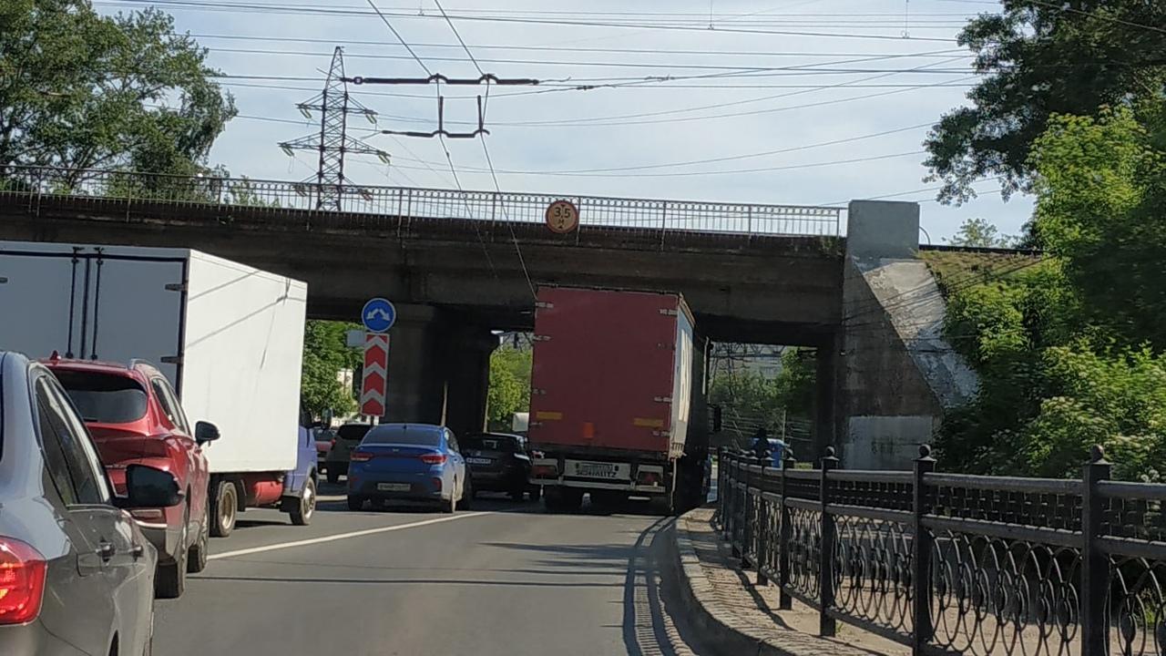 В Пролетарском районе Твери под мостом застрял большегруз