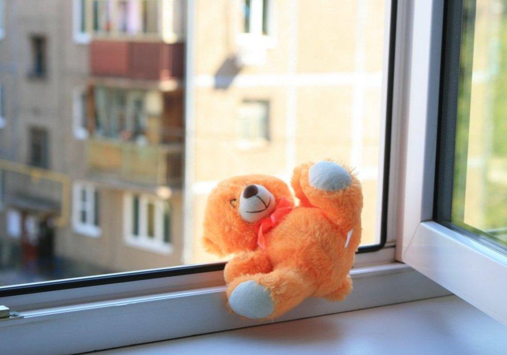 В Твери из окна многоэтажки выпала трехлетняя девочка