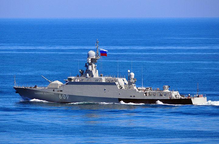 """Ракетный корабль """"Вышний Волочёк"""" принял участие в военном параде в Севастополе"""