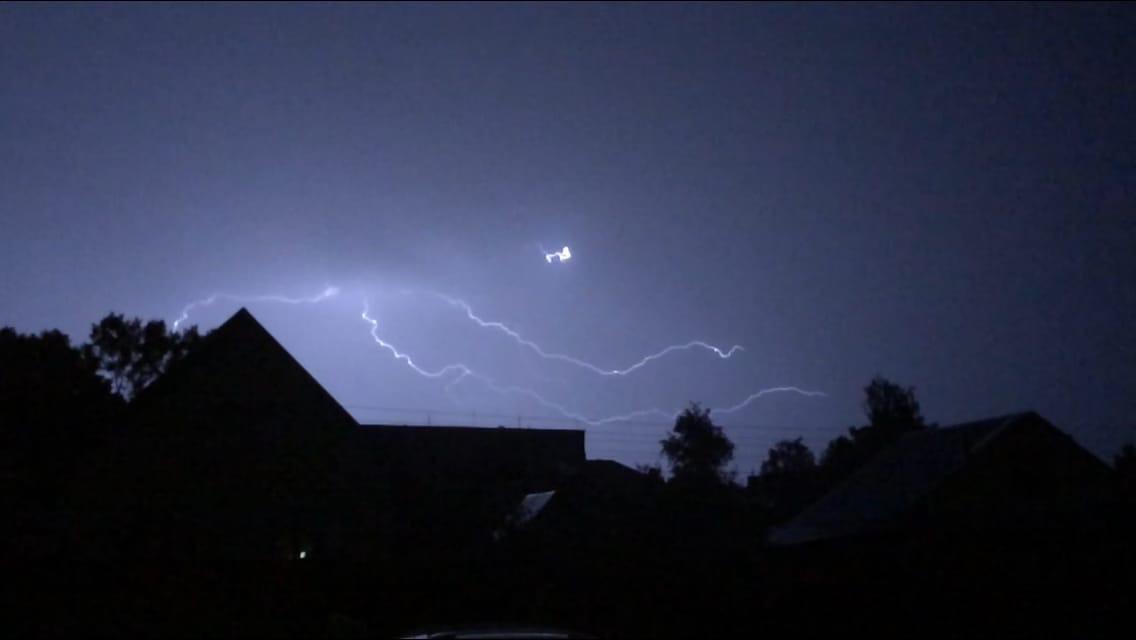 Светящиеся облака и спиральные молнии сфотографировали жители Тверской области