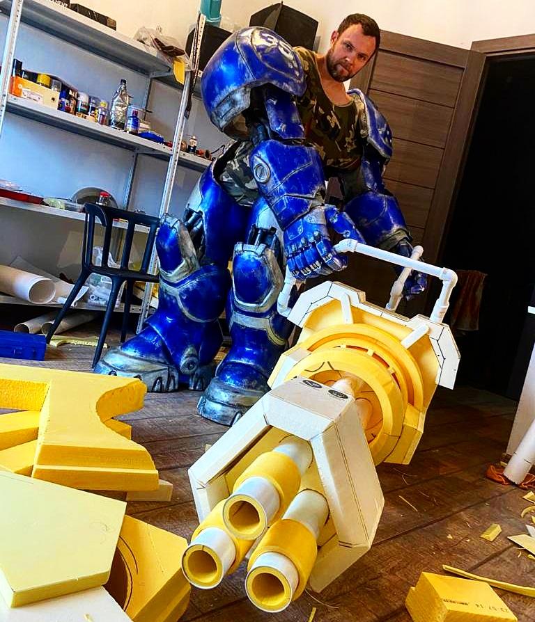 Косплеер из Твери сделал костюм космодесантника и собирает огромную плазменную пушку