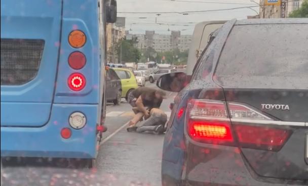 Двое водителей не поделили место в пробке и устроили драку на дороге в Твери
