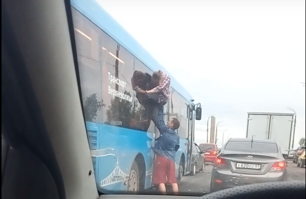 Молодые люди вылезли из окна автобуса посреди дороги в Твери