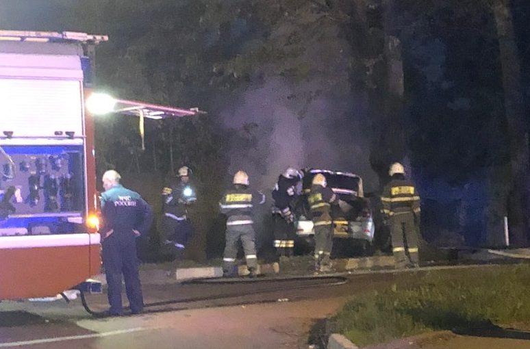 В Твери водитель чуть не сгорел в машине, но его спасли прохожие