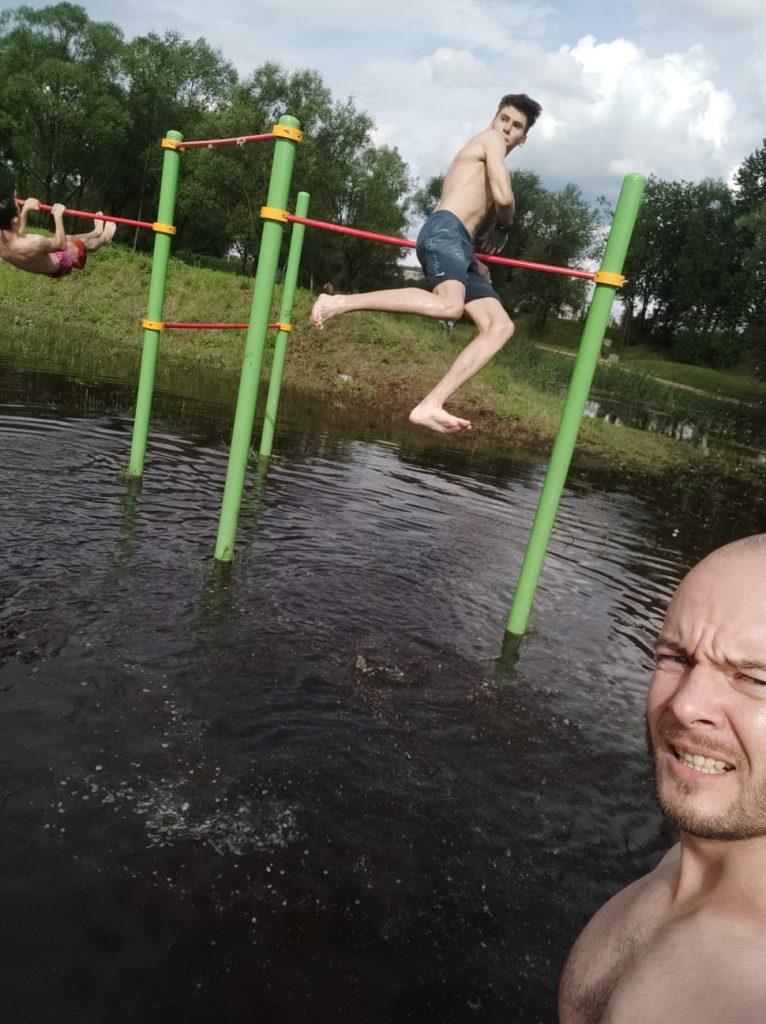В Твери спортсмены занимались на турниках в затопленном парке Тьмака