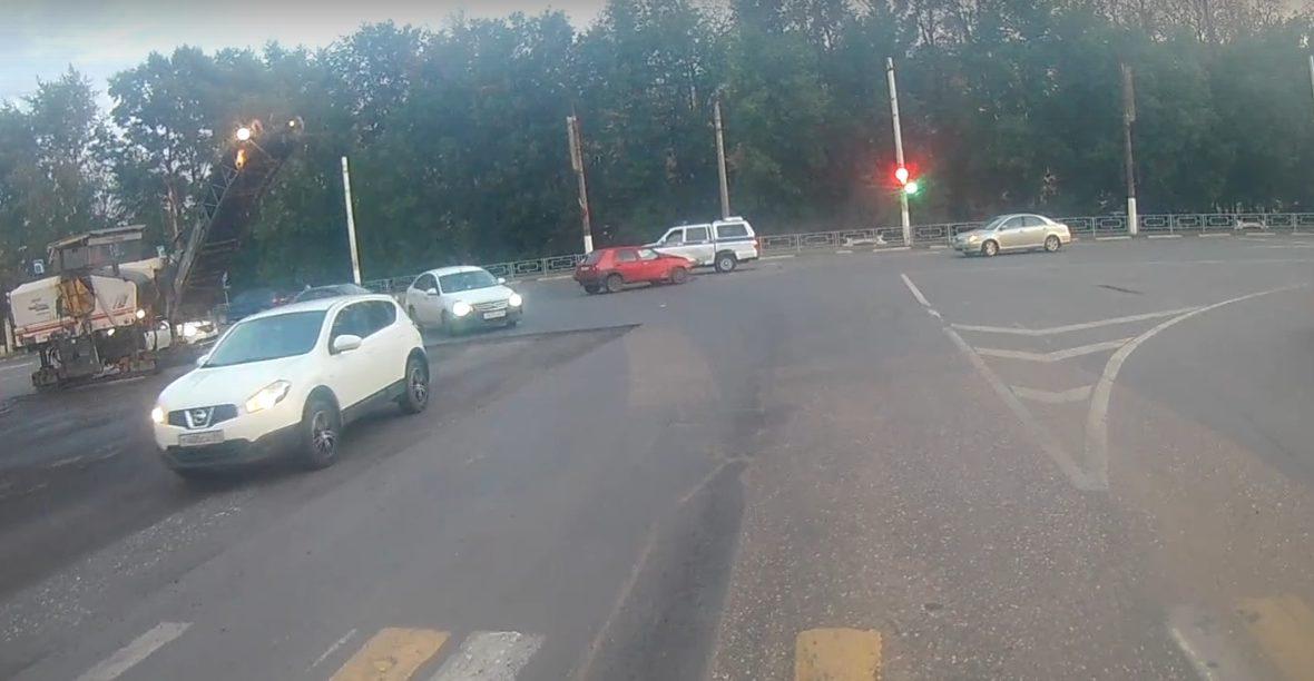 Легковушка и полицейский УАЗ врезались на перекрёстке в Твери