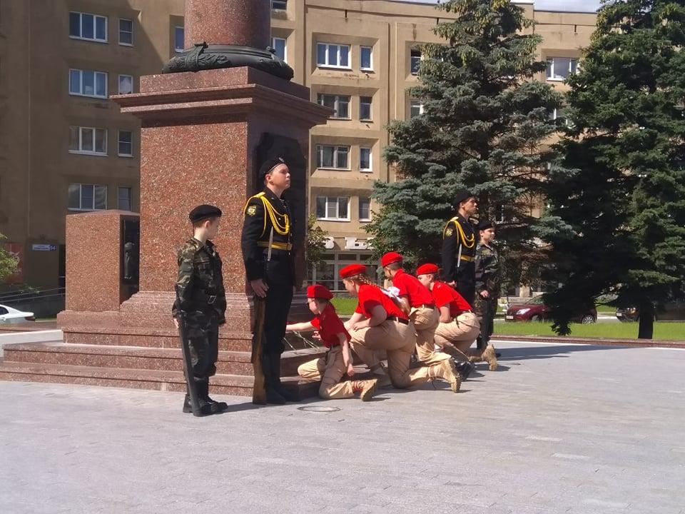 Юнармейцы Твери выставили почетный караул у Стелы Воинской Славы