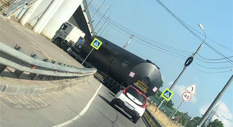В Пролетарском районе Твери грузовик, застрявший под мостом, перегородил дорогу