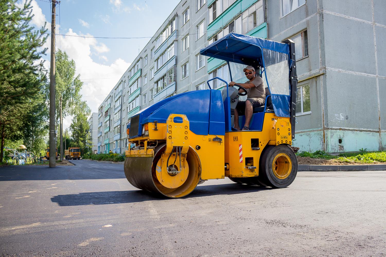 В Лихославле идет ремонт дворовой территории многоквартирного дома