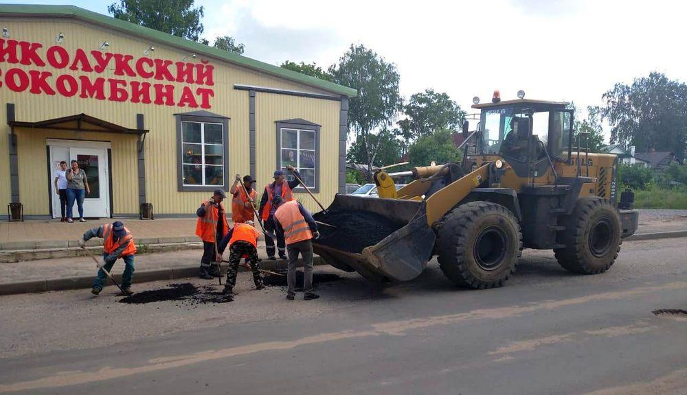 В районе Тверской области продолжается ямочный ремонт