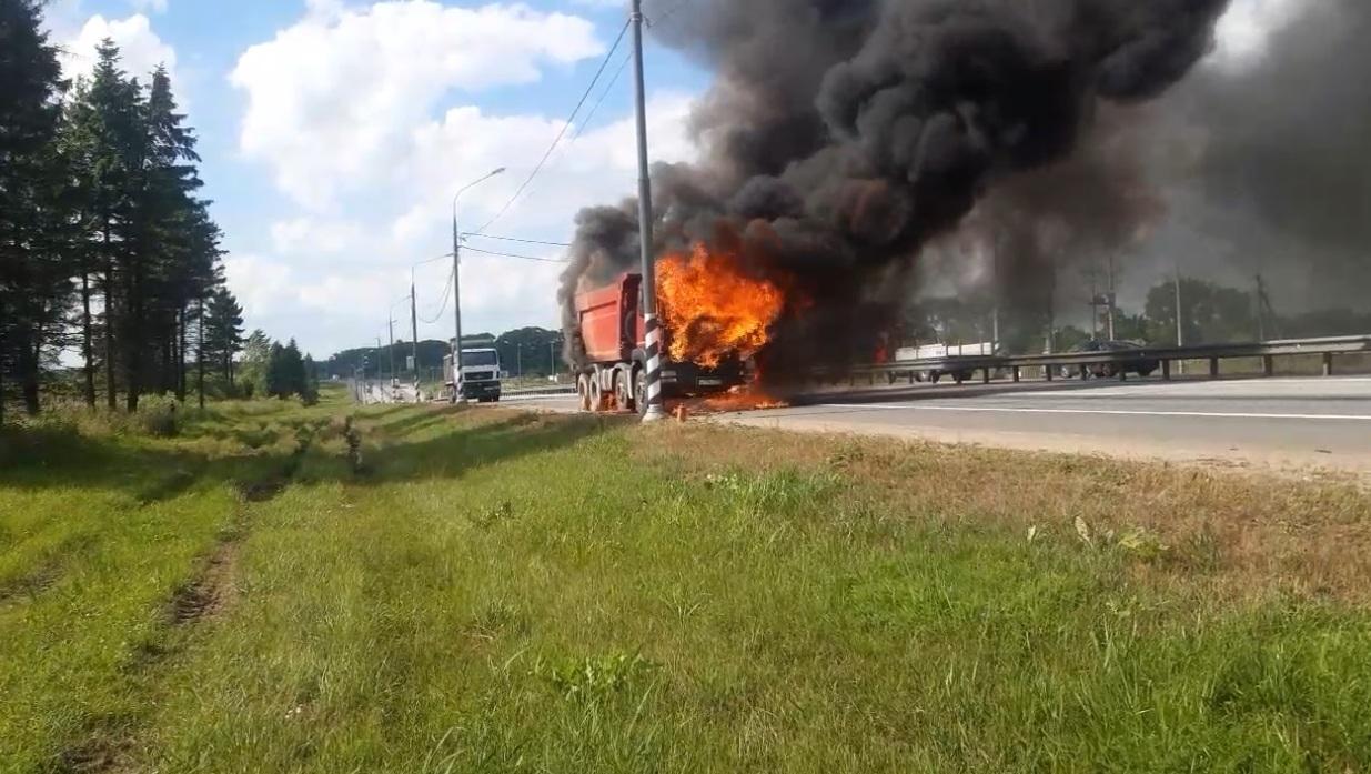 На трассе под Тверью сгорел грузовик