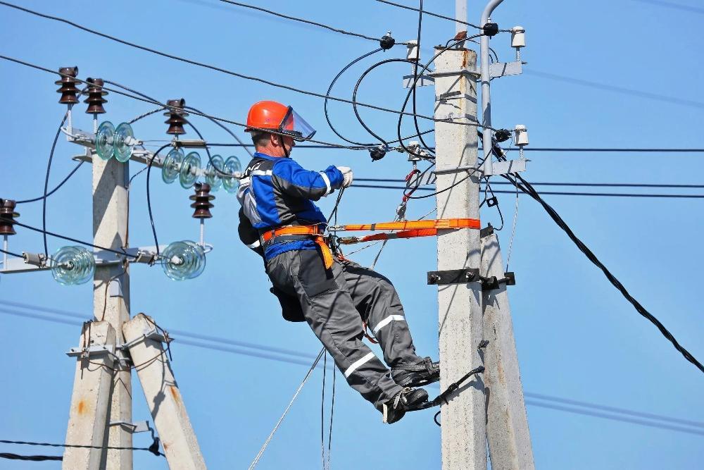 Восемь бригад электриков восстанавливают электроснабжение в районе Тверской области