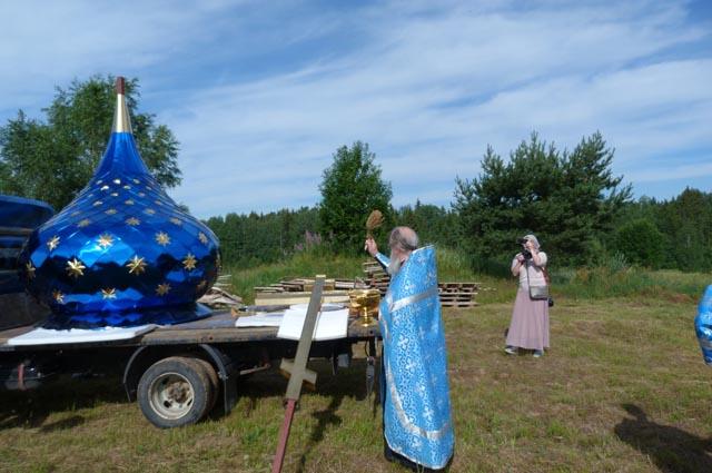 На строящуюся церковь в Тверской области установили купол