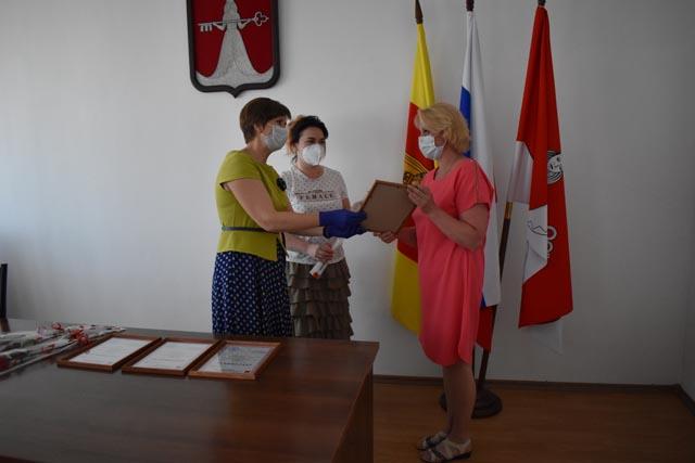 Лучшим семьям района в Тверской области вручили памятные сертификаты