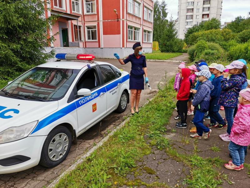 Урок дорожной грамотности для тверских дошкольников провели полицейские и общественники