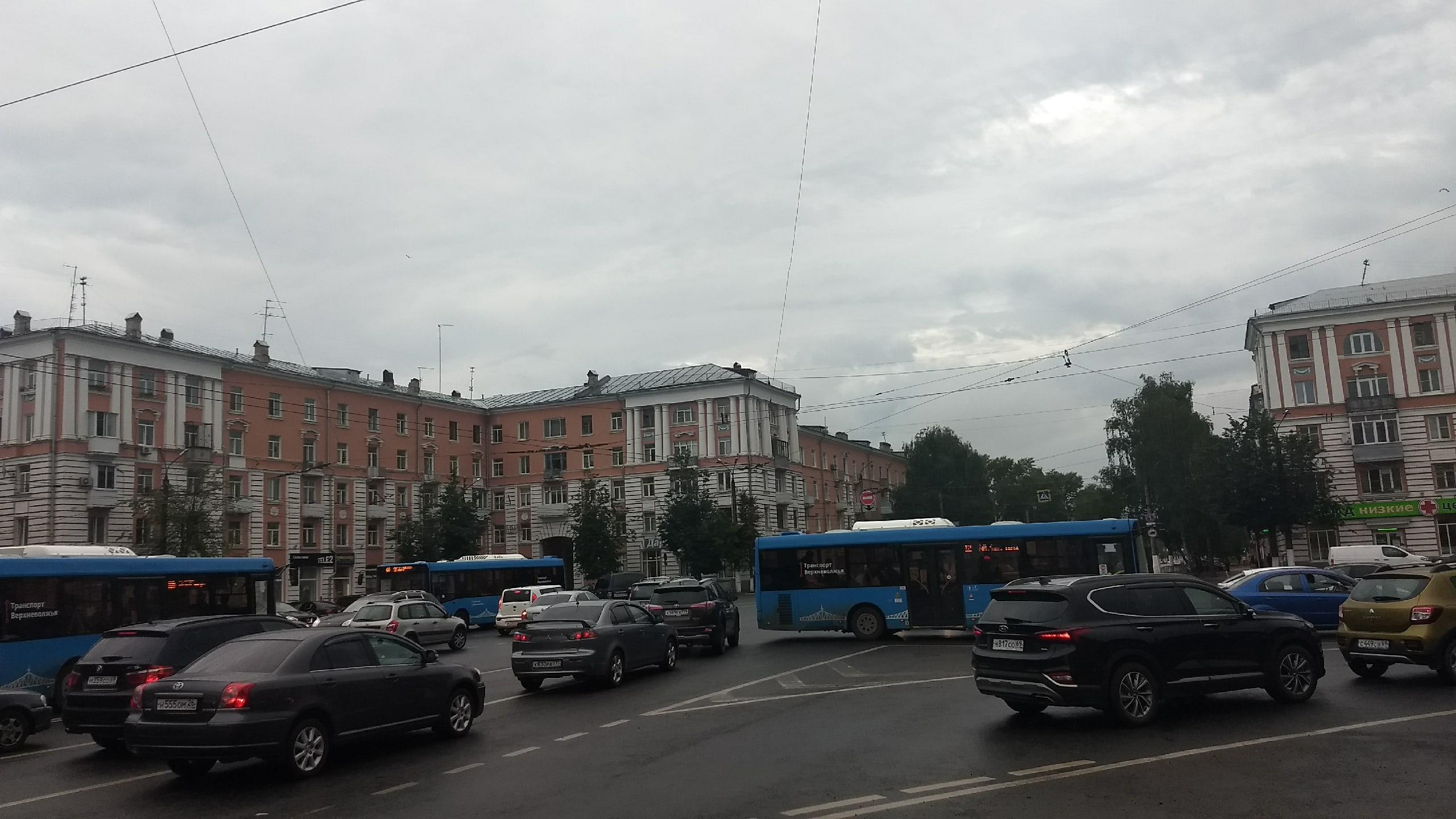 Автомобильные пробки перекрыли движение в центре Твери