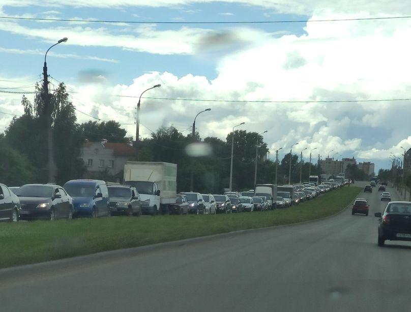 Жители Твери оказались в плену огромной пробки на Красинском мосту