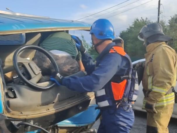 Опубликовано видео извлечения водителя из машины после ДТП в Тверской области