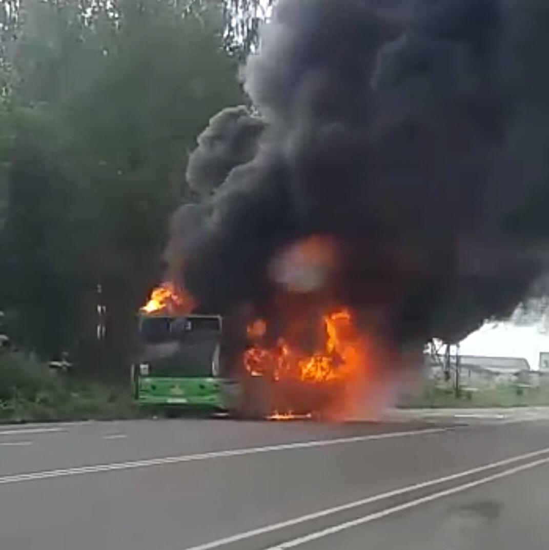 Пассажирский автобус загорелся на дороге в Тверской области