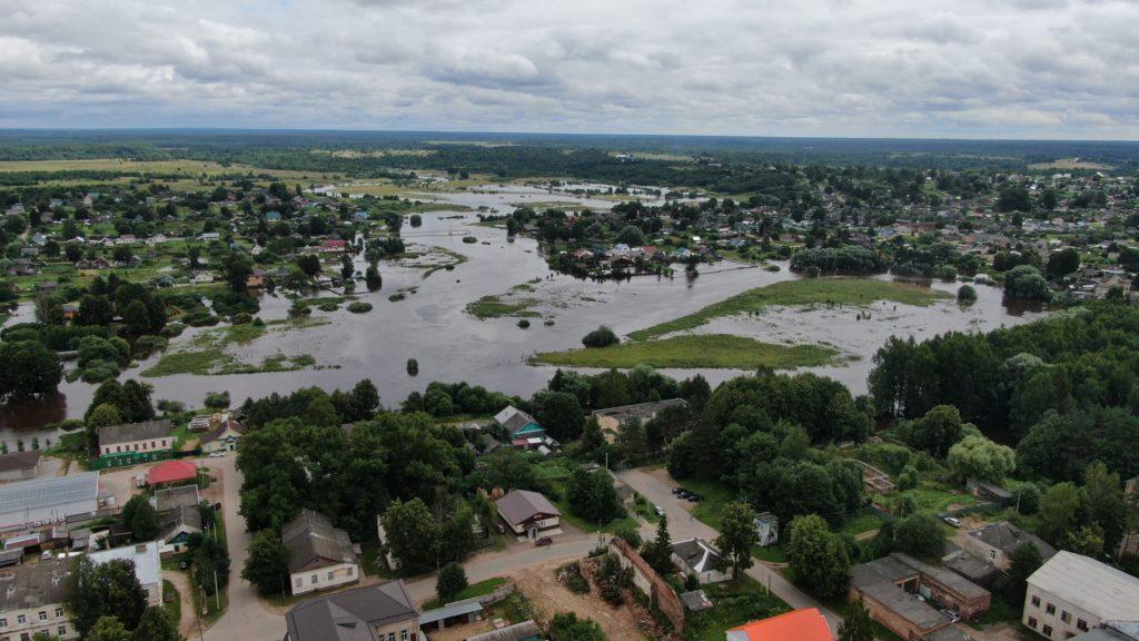 Вода залила улицы города в Тверской области
