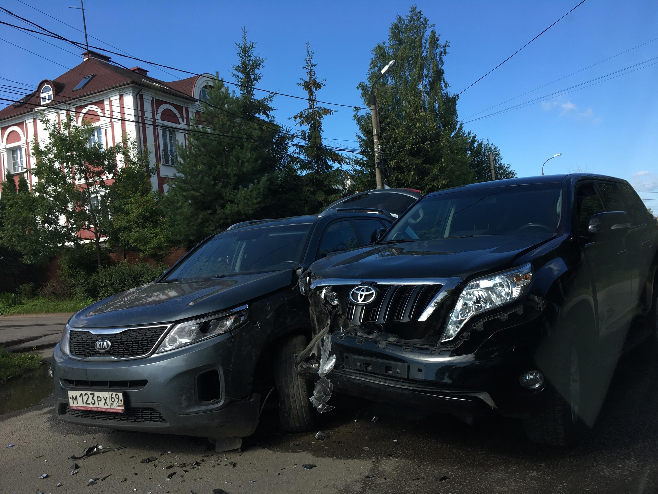 В Твери произошло ДТП с участием трех машин