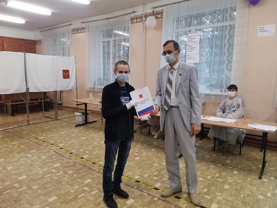 Хроника голосования: Олег Дубов поздравил с первым голосованием золотого медалиста