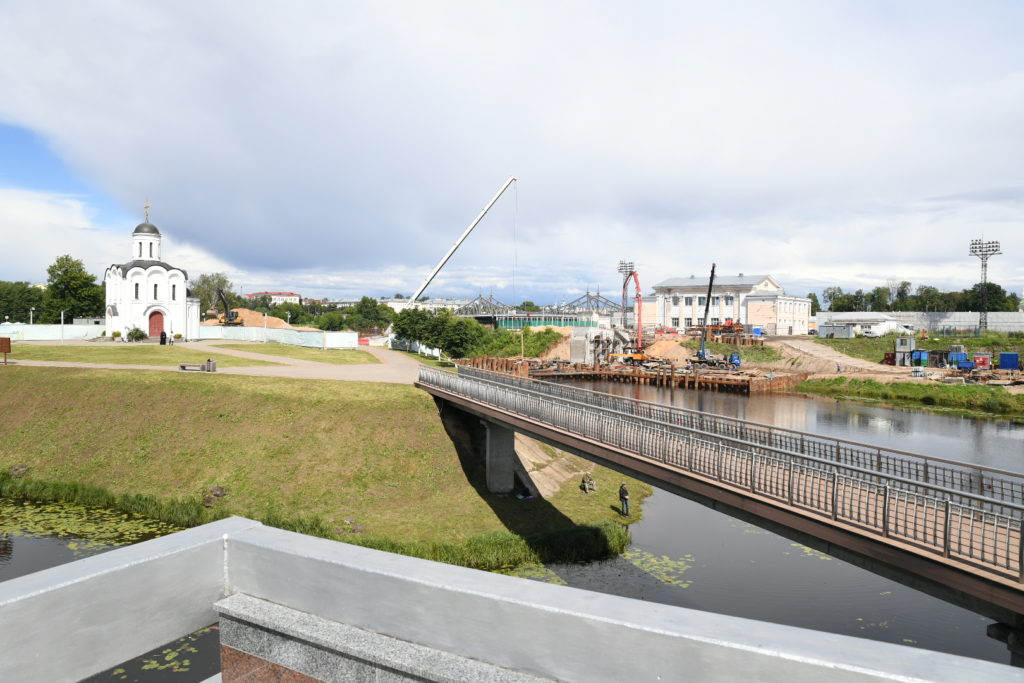 Игорь Руденя и Зарина Догузова осмотрели строящийся мост через Тьмаку в Твери