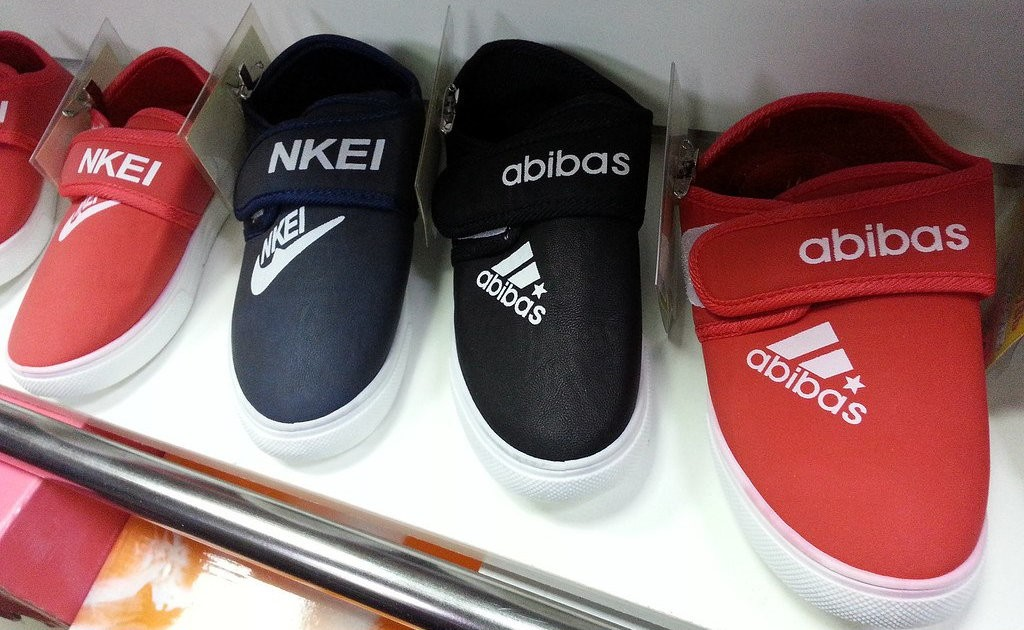 Бренд из-под полы: Полицейские Тверской области пресекли продажу поддельной обуви