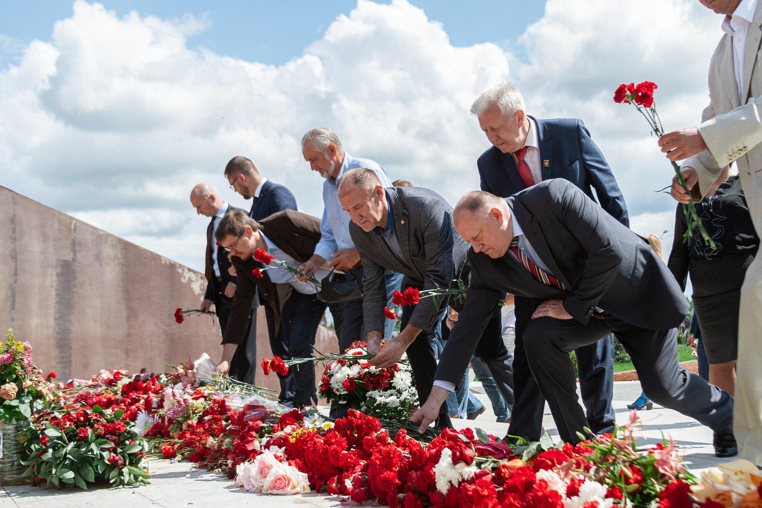 Депутаты Законодательного Собрания Тверской области возложили цветы к мемориалу Советскому солдату в Ржевском районе